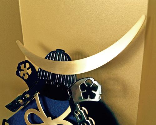 弦月(げんげつ)形鍬型は金色のヘアラインメッキです
