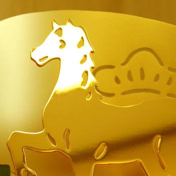 ゴールドメッキが施された微笑む馬